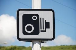 Предупреждение о камере на дорожном знаке
